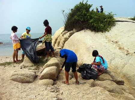 Children from the Human Help Network Foundation Thailand came to enjoy a day out on the beach and helped with the cleanup.