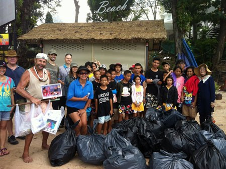 Everybody together after the cleaning; the children from the Human Help Network Foundation Thailand and Khun Toy did a great work as always.