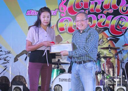 GM Chatchawan Supachayanont presents the Employee of the Year 2013 award to Yuphin Tochaona (left) from Housekeeping.