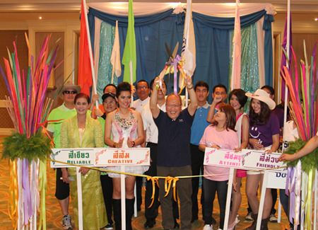 GM Chatchawan Supachayanont (center) presides over the opening ceremony for Dusit Sport Day 2013.