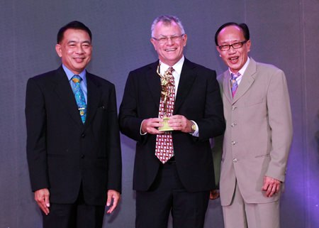 Qantas Manager for Thailand and Vietnam Bob Everest (centre), accepting Qantas award for 'Best Pacific Airline' from Thailand Convention & Exhibition Bureau (Public Organisation) President Nopparat Maythaveekulchai (left) and TTG Asia Media Publisher Michael Chow (right) at the 24th Annual Travel Trade Gazette (TTG) Travel Awards ceremony held in Bangkok at Centara Grand & Bangkok Convention Centre at CentralWorld.