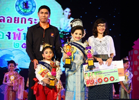 Chayanut Thanyahan (left), winner of Miss Photogenic, and Fahprahtan Polaaharn (center), winner the Nu Noi Noppamas contest at Bali Hai pier.