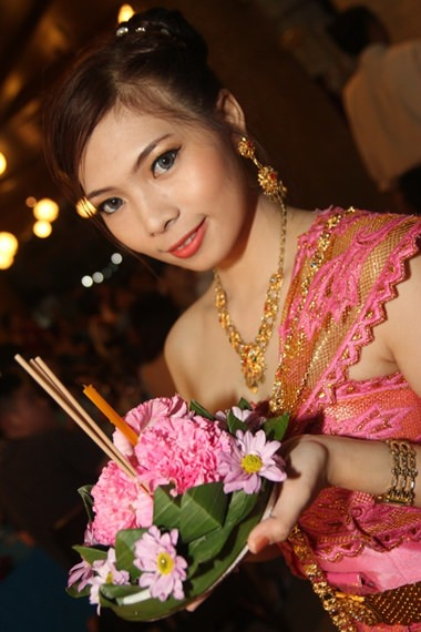 A beautiful young maiden prepares to loy her krathong at the A-One Royal Cruise Hotel.