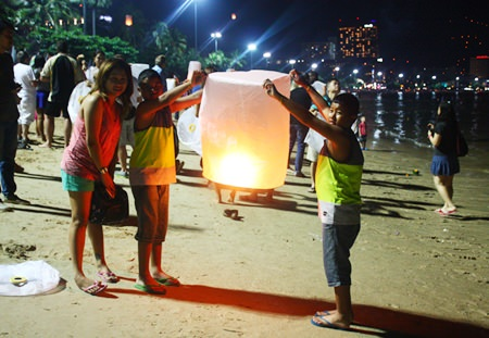 A family prepares to set off a khomloy on Pattaya Beach.