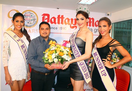 Miss International Queen 2013 Marcelo Ohio of Brazil (2nd right), along with first runner-up Shantell D'Marco (right) and the 2nd runner-up Nethnapada Kanrayanon (left) present a bouquet to Pattaya Mail General Manager Kamolthep Malhotra to thank Pattaya Mail for sponsoring the contest.
