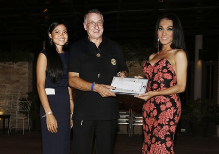 Carl Dyson (center) of Rotary Club Eastern Seaboard accepts the check for 250,000 baht.