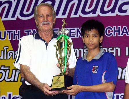 Pattarathorn Passara (right) receives the U-15 winner's trophy from William Macey, Charity Chairman of Pattaya Sports Club.