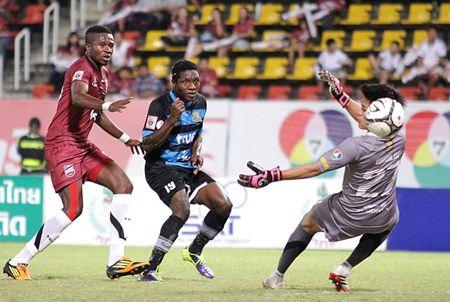 Pattaya United's Obinna Ajoku (center) scores the first of his side's two goals against Police United at the Thamasat University Stadium in Bangkok, Sunday, Nov. 3. (Photo courtesy Pattaya United)