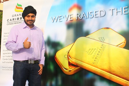 "Apichart Gulati, the Project Manager of The Blue Sky Group Co. Ltd., presents the ""Double Your Luck"" campaign for customers to receive a chance of winning 20 baht worth of gold."