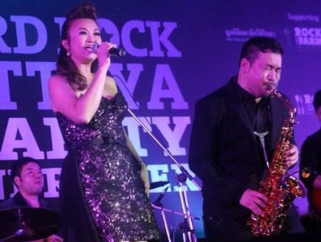 Jennifer Kim and Koh Mr. Saxman perform together for charity.