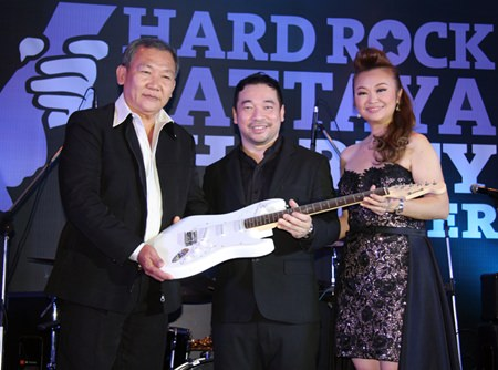 (L to R) Nuttawut Kasinkasempong receives the coveted signed guitar from Koh Mr. Saxman and Jennifer Kim.