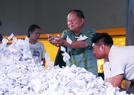 Nongprue Mayor Mai Chaiyanit helps select the tickets in the lucky draw.