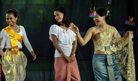 Head of Thai K. Lalita (right) and her colleagues lead the Loy Krathong activities at GIS.