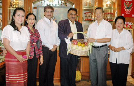Pratheep Malhotra (4th left), MD of Pattaya Mail Publishing Co. Ltd., Suwanthep Malhotra (3rd left), Deputy MD, along with the Malhotra family present their best wishes and a health basket to Gen. Kanit and Thanpuying Busyarat Permsub.