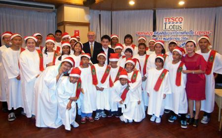 The Pattaya Orphanage children pose with Khun Toy and PSC President Tony Oakes.