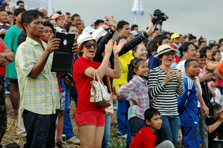Spectators flocked to the shores of Lake Mabprachan in their hundreds to enjoy the long boat racing weekend.