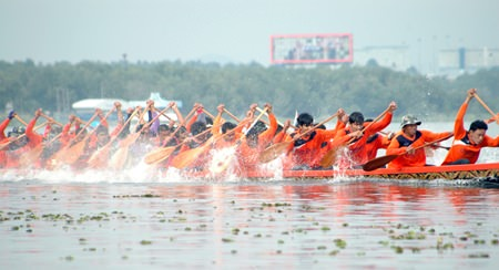 The Pattaya Long Boat Tournament always provides an exciting feast of colour and sporting action out on the lake.