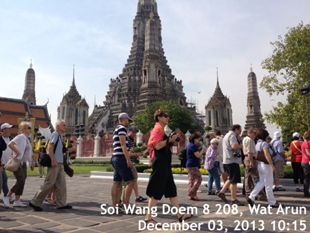 Tourists visiting Wat Arun in Bangkok on 3 December 2013 - See more at: http://www.tatnews.org/thailand-welcomed-26-7-million-visitor-arrivals-in-2013-exceeding-target/#sthash.0mZwxX2r.dpuf