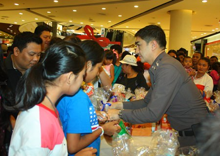 Pattaya police superintendent, Pol. Col. Suwan Chiewnawinthawat, hands out gifts to children on Children's Day.
