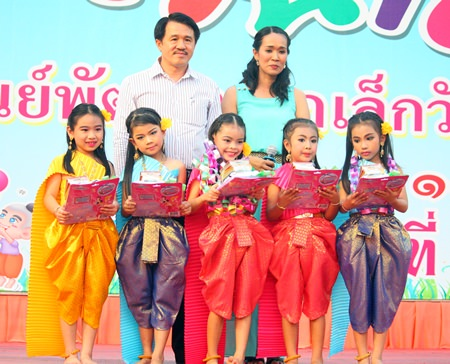 Surat Mekavarakul (back left), MD of Mike Group, presents awards to children who performed in the talent show on Children Day at Wat Chaimongkol Children's Development Center.