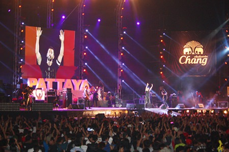 Big Ass sings with their thousands of fans at Pattaya Countdown 2014.