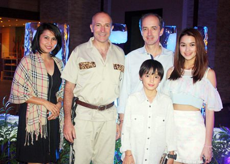 Centara Grand Mirage Beach Resort Pattaya General Manager Robert John Lohrmann (2nd left), gives a warm welcome to Patricia Good (right), popular TV actress and her family during the countdown in the jungle at Centara.