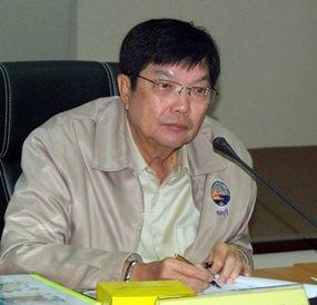 Deputy Gov. Pornchai Kwansakul announces Chonburi's participation in the Education Ministry's anti-drug program.