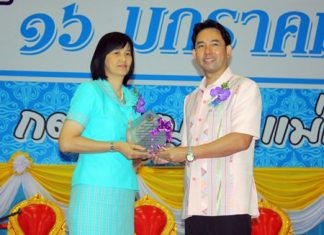 Mayor Itthiphol Kunplome (right) presents the Vice-Principal of the Year award to Yaowarat Rattanaliem from Pattaya School No. 3.