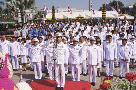 Mayor Itthiphol Kunplome leads city officials in commemorating King Taksin Day at city hall/