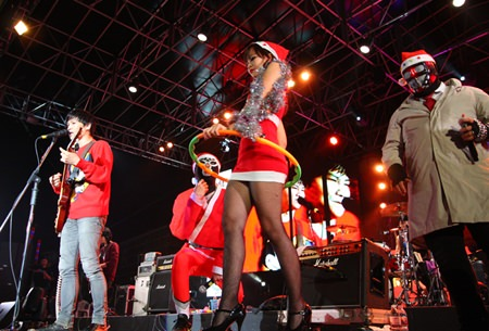 Sexy Santarina plays Hoola-hoop to the song 'Sexy' by Paradox.