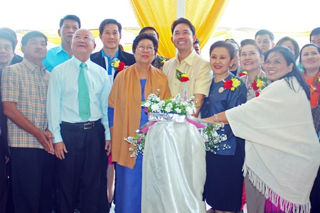 Mayor Itthiphol Kunplome (center) and Wannapa Wannasri (3rd right), along with honored guests and sponsors, unveil the new Wannasri Library at Pattaya School No. 11.