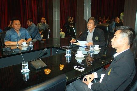 Deputy Mayor Ronakit Ekasingh (center) meets with former mayor Niran Wattanasartsathorn (left) and Pattaya Permanent Secretary Pakorn Sukhonthachat (right), along with the planning committee to discuss next month's Burapha Bike Week.