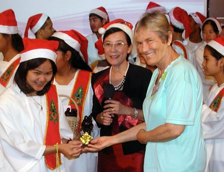 Toy and Nong Orm of the Orphanage then gave a memento of PCEC support to Chairman Pat.