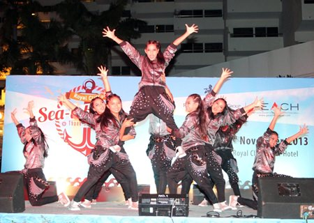 Talented students from Pattaya School 9 perform an amazing street dance during the thank you party.