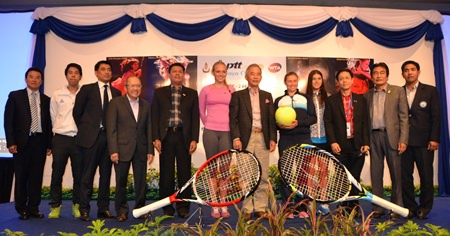 Donna Vekic, Vera Zvonareva and Sorana Cirstea pose with Thai Tennis Association officials and local public dignitaries during the draw for this year's tournament at the Dusit Thani Pattaya resort, Sunday, Jan. 26.