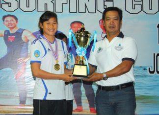 Pattaya city advisor Suchart Khunjeng (right) presents the RS:X Women winner's trophy to Sarocha Phumphai.
