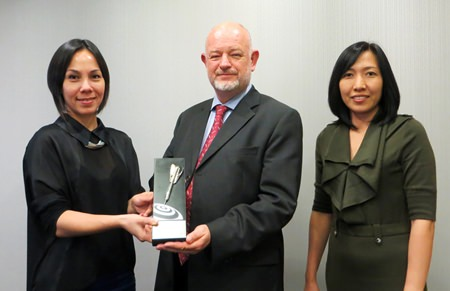 CBRE Thailand won a Silver award for the Online Advertising and Marketing category for its website www.cbre.co.th from the Summit International Awards.  The award is presented to David Simister (center), Chairman of CBRE Thailand.