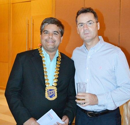 Tony Malhotra (left), President of Skål International Pattaya & East Thailand chats with Richard Margo (right), Resident Manager of the Amari Orchid Pattaya.