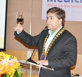 Tony Malhotra, President of Skål International Pattaya & East Thailand, raises a toast to Skålleagues.