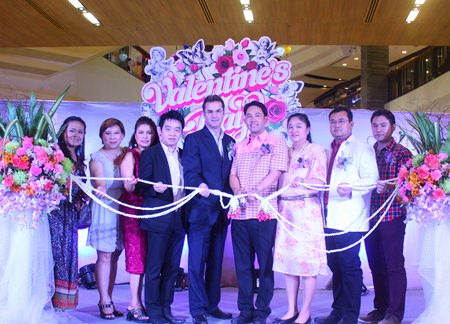 Mayor Itthiphol Kunplome (4th right), Richard Margo (5th right), Resident Manager at Amari Orchid Pattaya, and Theeraporn Jitnawa (3rd right), general manger of Central Festival Pattaya Beach, cut the garland opening Valentine's Day 2014: Love Destination, with guests at Central Festival Pattaya Beach.