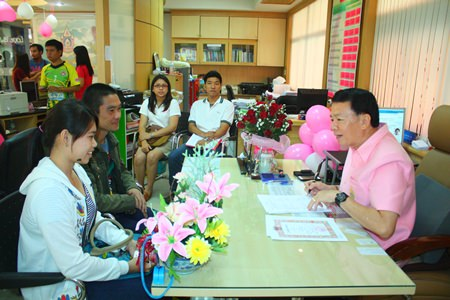 Banglamung District Chief Sakchai Taengho (right), giving thoughtful advice to couples getting married on Valentine's Day.
