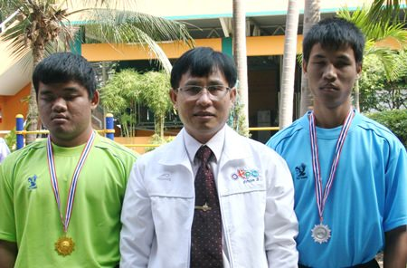 Supamit presented medals to the winning athletes.