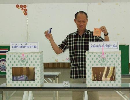 Chonburi Gov. Khomsan Ekachai casts his ballot at the Bang Pla Soi Sub-District.