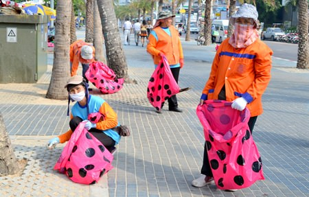"""Pattaya's hard working """"orange team"""" can now collect garbage from the Beach Road Promenade using unique pink garbage bags."""