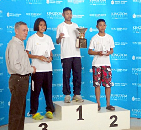 Nigel Cornick (left), CEO of Kingdom Property, presents prizes to Suthon Yampinid, Voravong Rachrattanaruk and Kamonchanok at the conclusion of the 2-day regatta.