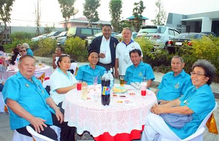 PDG Peter Malhotra (left) and PDG Premprecha Dibbayawan pose with members of the Rotary Club of Pattaya.