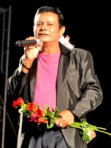 Sangsuri Rungrote, a hot country singer for over 30 years, sings 'Rak Sao Sua Lai' (Love girl in striped shirt), and 'Hae Khan Mak' (Gifts from groom to bride).