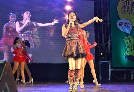 Pimpa Pornsiri performs fun and sad songs, such as 'Nam Ta Mia Sa-u' (Tears from wife in Saudi Arabia).