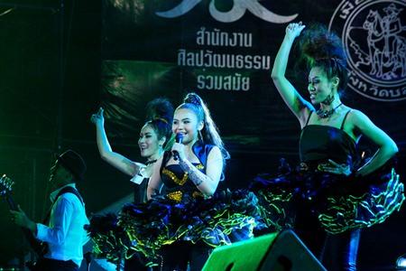 Taktaen Chollada sings 'Laek Jai Kho Bur' (Heart for phone number), her final number.