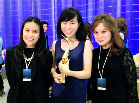 """Maria Gequillana (right), Public Relations and Marketing Communications Manager of the Royal Cliff Hotels Group together with Sutheenuch Suangkhawathin (left), Assistant Public Relations and Communications Manager of the Royal Cliff Hotels Group warmly congratulate the winner of the Best Actress Award, Patcha Poonpiriya (center), for taking home the Golden Swan Trophy for her role in the movie """"Mary is Happy, Mary is Happy""""."""